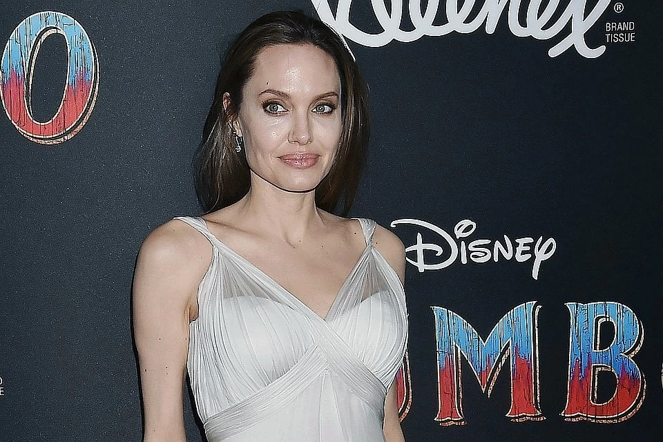 Кожа да кости: новые фотографии Анджелины Джоли повергли фанатов в шок celebrities,актриса,Анджелина Джоли,Заморские звезды,звезда,фильм,фото,шоубиz,шоубиз
