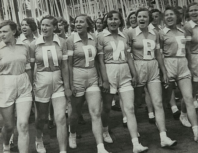 Почему в СССР женщины носили семейные трусы?