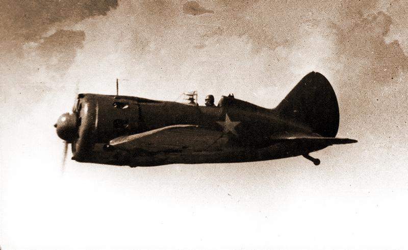 В полёте И-16 поздних серий выпуска — на таких машинах встретили войну лётчики 170-го ИАП - Если бы в бой шли одни «старики»…   Warspot.ru