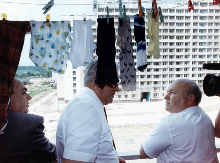 Борис Ельцин и Юрий Лужков в новостройке, 1992 год, Москва