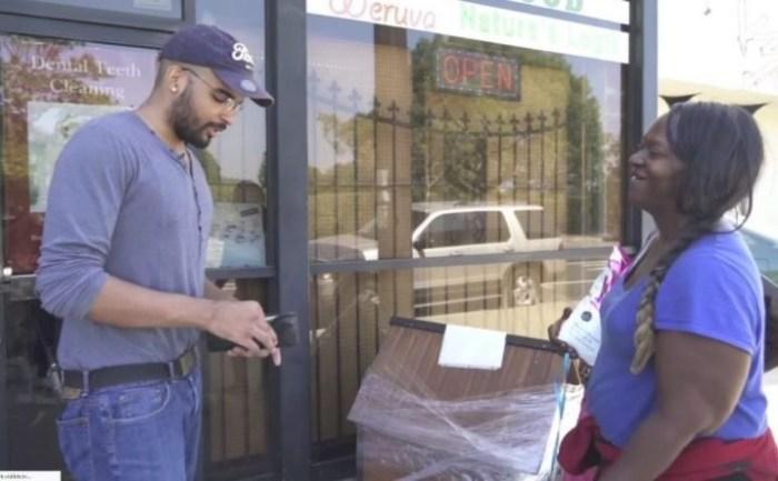 Блогер дал бездомной пачку денег, чтобы посмотреть, на что она их потратит: ее покупка сбила всех с толку