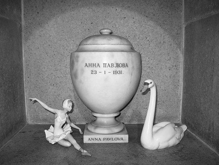 Рядом с прахом балерины - фигуры, символизирующие ее и лебедя.