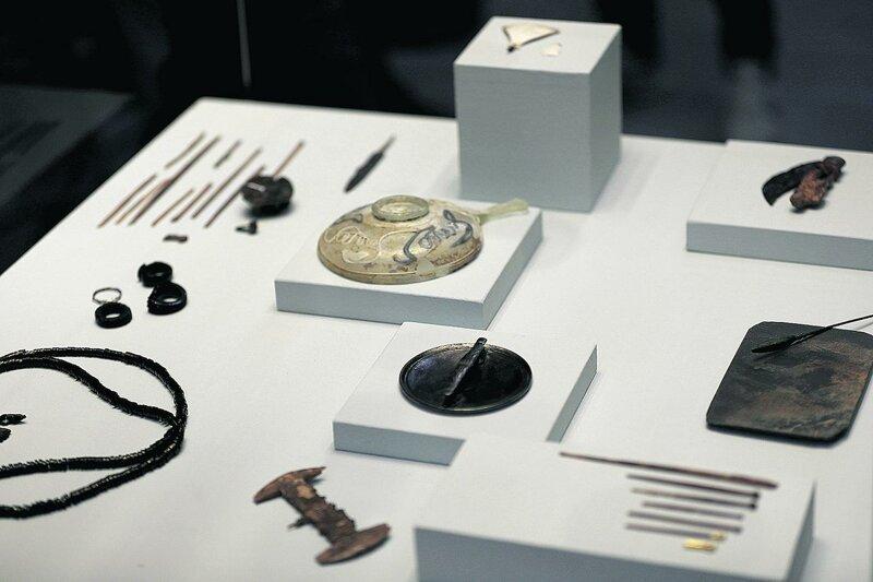 Стенд в музее с находками из саркофага, мы видим расческу и другие туалетные принадлежности археология, загадки, история, расследование
