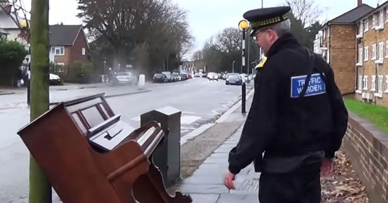 Полицейский нашел на улице старое пианино. Его следующее действие прославило полицейского на всю Сеть!