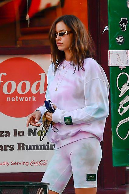 Уличный стиль знаменитости: Ирина Шейк в розовых уггах на прогулке в Нью-Йорке Звездный стиль