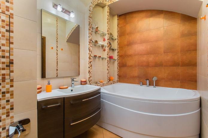 ниша со стеклянными полками в интерьере ванной