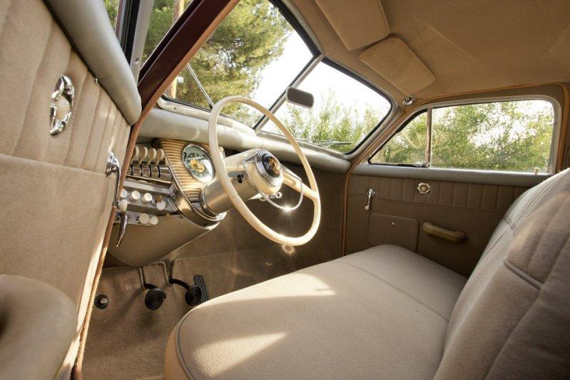 В инновационном для своего времени автомобиле конкуренты увидели угрозу и, используя связи в правительстве, буквально задушили компанию. Престон Томас Такер успел к середине 1948-го собрать всего 51 автомобиль, а в 1956 году он умер от рака. заднемоторная компоновка, седан