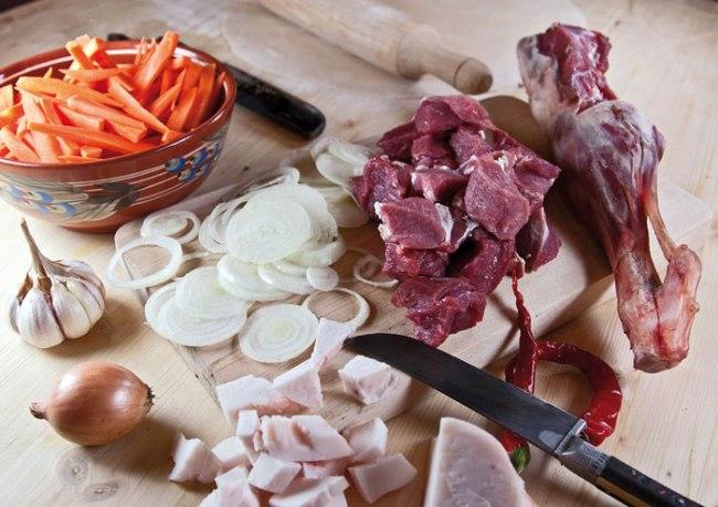 подготовка мяса, моркови и лука для плова из домашней лапши