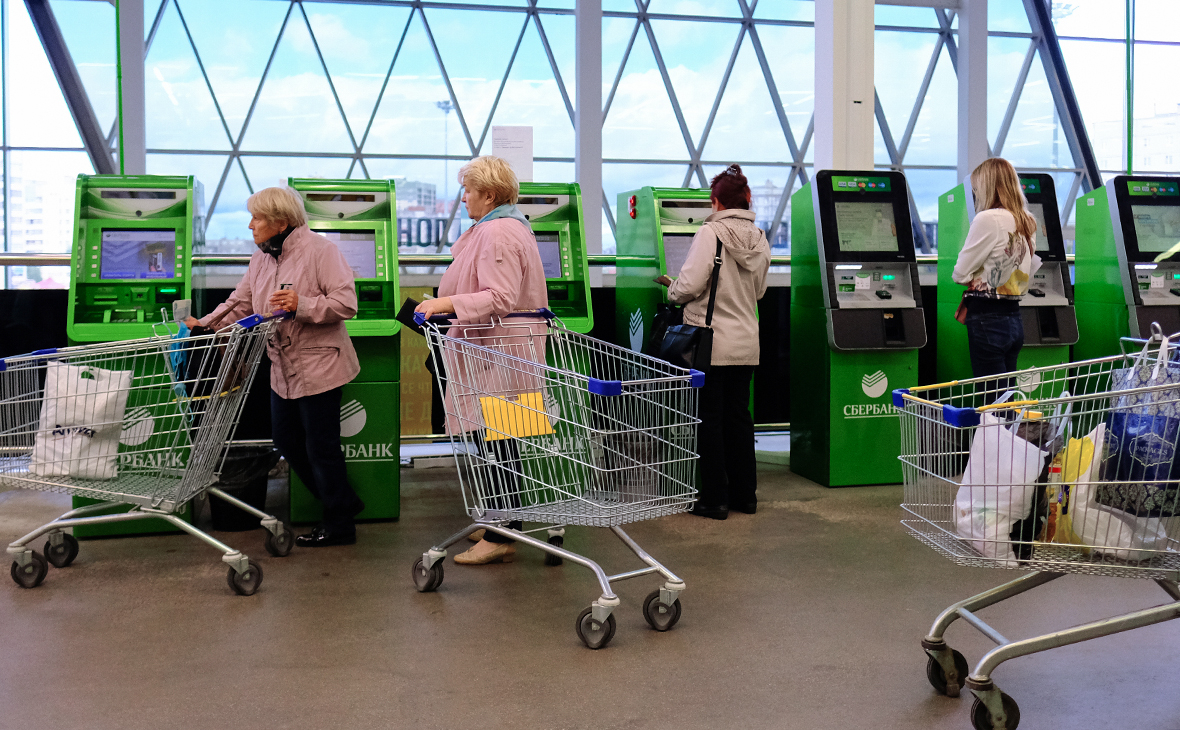Сбербанк в июле запустит услугу по снятию наличных на кассах магазинов