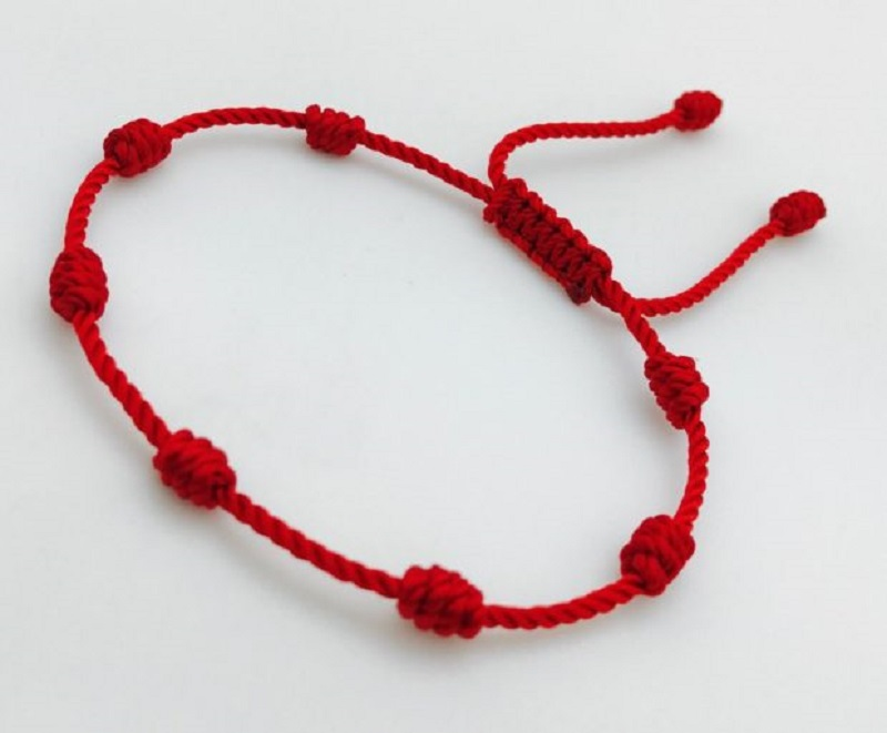 Зачем носить красную нить с 7 узлами