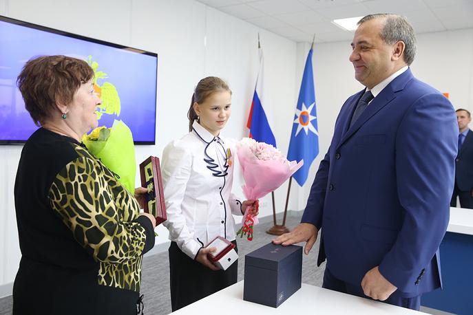 Глава МЧС наградил девочку, спасавшую детей на Сямозере в Карелии