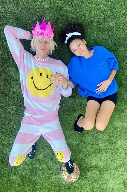 Меган Фокс вместе с сыновьями и возлюбленным Колсоном Бэйкером была замечена на прогулке в Лос-Анджелесе: фото Звездные пары