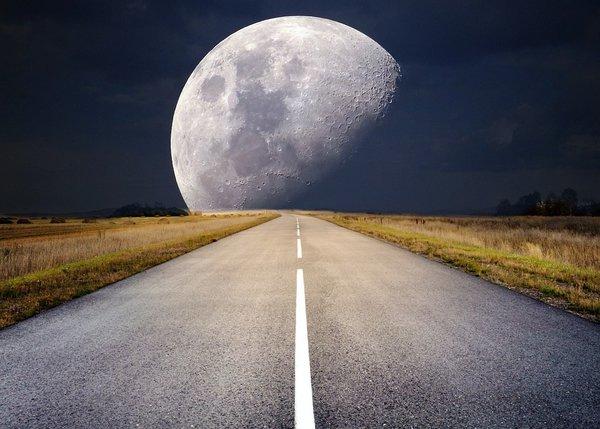 Можно предполагать, что наблюдаемые изменения вращения относятся не к Земле в целом, а лишь к ее поверхностному слою. Слой этот связан с ядром вязкой полужидкой массой и может испытывать некоторый «дрейф» относительно ядра, вращение которого равномерно. Наблюдаемые нами скачки представляют собой, с этой точки зрения, изменения не скорости вращения, а скорости «дрейфа» коры относительно ядра. Хотя такого взгляда придерживается ряд ученых,— трудно все же считать его достаточно обоснованным. Более вероятно, что меняется скорость вращения всей Земли; причиной изменений должно быть какое-то перемещение масс. В механике существует теорема сохранения момента вращения, которую можно иллюстрировать таким простым опытом. Человек садится на вращающийся стул, держа в руках горизонтально штангу с грузами на концах.