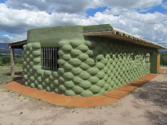 Дом из покрышек созданный изобретательным дачником. | Фото: pinoychannelhd.me.