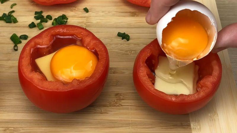 Соедините половинки помидор с яйцом и отправьте на противень. Через 20 минут наслаждайтесь результатом блюда из яиц,закуски,овощные блюда