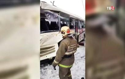 После столкновения поезда и автобуса под Петербургом возбуждены два дела