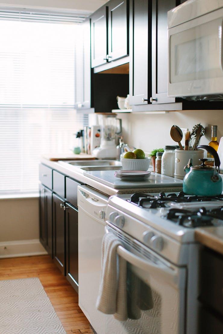 Столешница с крышкой на кухне