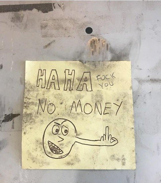 Владельцы кафе явно заранее подготовились к приходу любых грабителей, ведь на грязном клочке бумаги было написано: «Ха-ха, ДЕНЕГ НЕТ. Иди [к чёрту]» в мире, вор, записка, история, кража, люди