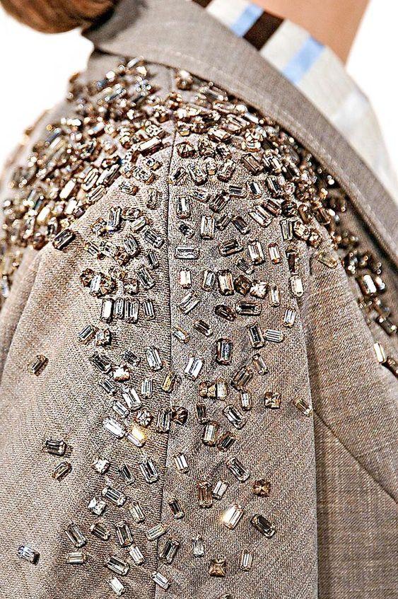 как украсить свадебное платье на выпускной