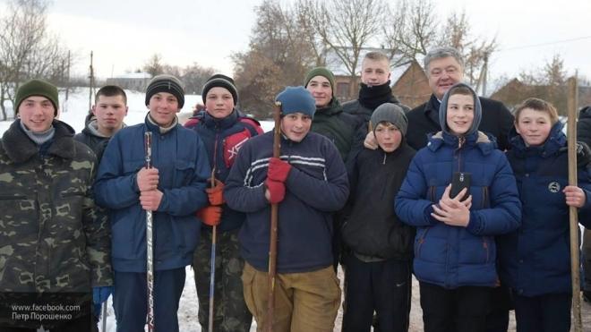 Пользователи соцсетей высмеяли фото Порошенко с сельскими детьми