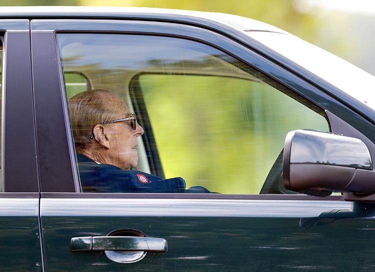 С Land Rover на лошадиную повозку: новый способ передвижения принца Филиппа после лишения водительских прав Монархи / Британские монархи