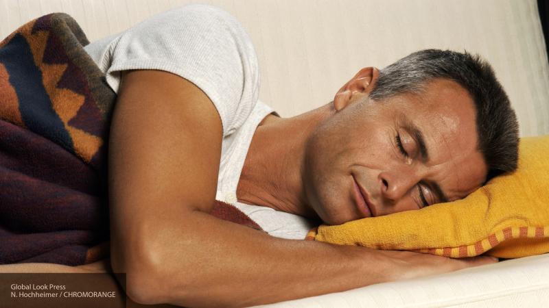 Сомнолог рассказала, что переедание часто является последствием бессонницы