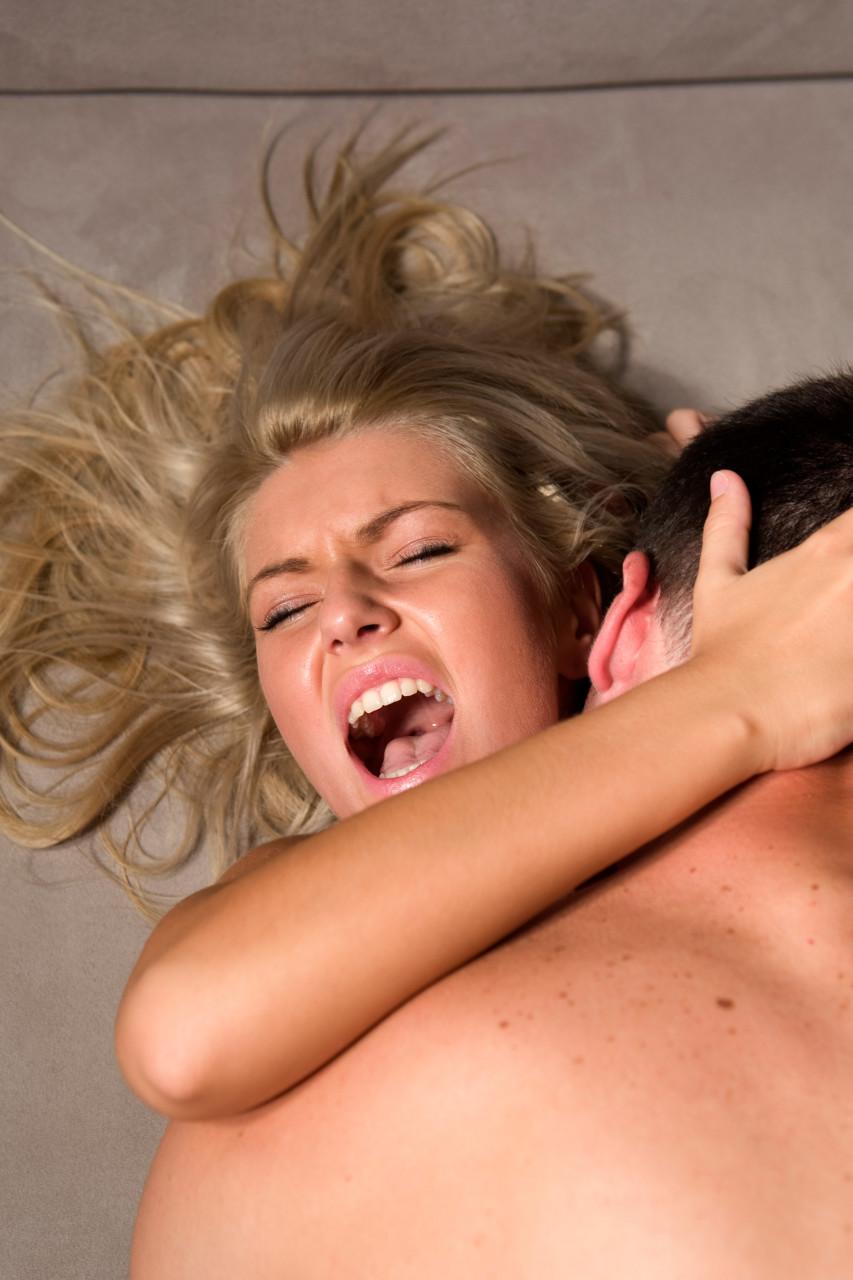 она кричит а ее насилкют много мужиков
