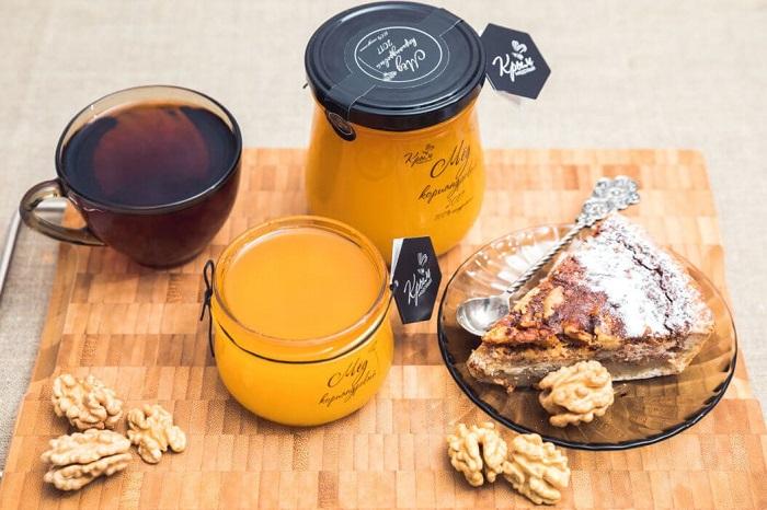 Мед можно класть в чай или добавлять в выпечку вместо сахара. / Фото: medovkrym.ru