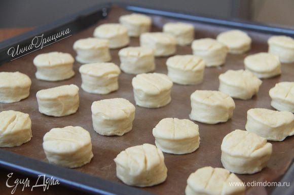 """Выложить пышки на противень (я застелила антипригарным ковриком), дать """"отдохнуть"""" полчаса. В это время включить духовку. Разогреть до 220°C. Перед посадкой пышек в печь, смазать их яйцом или желтком."""