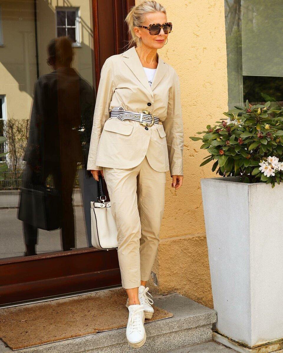 Летний минимализм для женщин в возрасте ткани, цвета, рукавов, Платье, платье, дополнен, Образ, Модель, белые, минимализм, полоску, сумка, поясом, силуэта, жакет, выбрали, черного, гардеробе, могут, джемпером