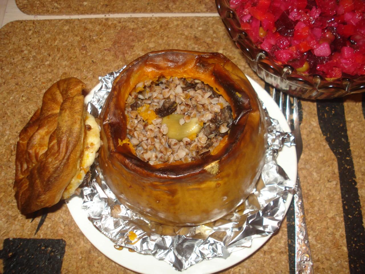 Гречневая каша с грибами и луком в тыкве (постное)