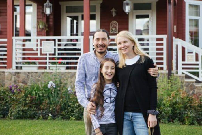 Анастасия Немоляева с мужем и дочерью | Фото: zakulisi.ru