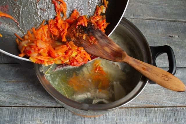Через 30 минут добавляем к рыбе обжаренные овощи