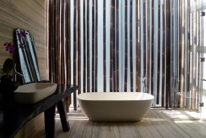 Применение натурального бамбука и естественное освещение позволит создать приятную атмосферу в ванной комнате.