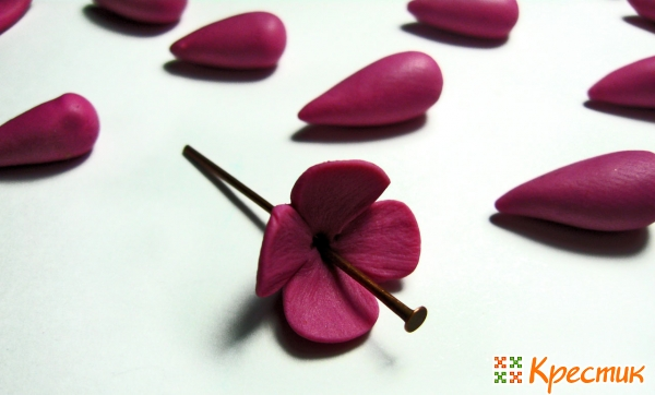 Цветочные серьги из полимерной глины: 3 пары, 3 разных образа! полимерной, глины, можно, цветка, каждый, конце, оргстекла, берём, стразы, водой, которые, чтобы, Когда, выдавливаем, белого, чёрного, обрезаем, наденьте, цветочки, предварительно