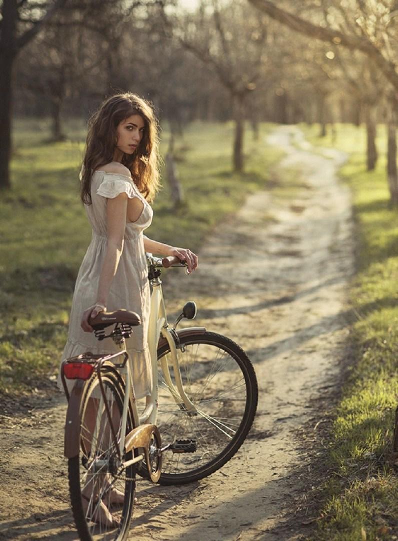 Женщин на велосипеде фотография