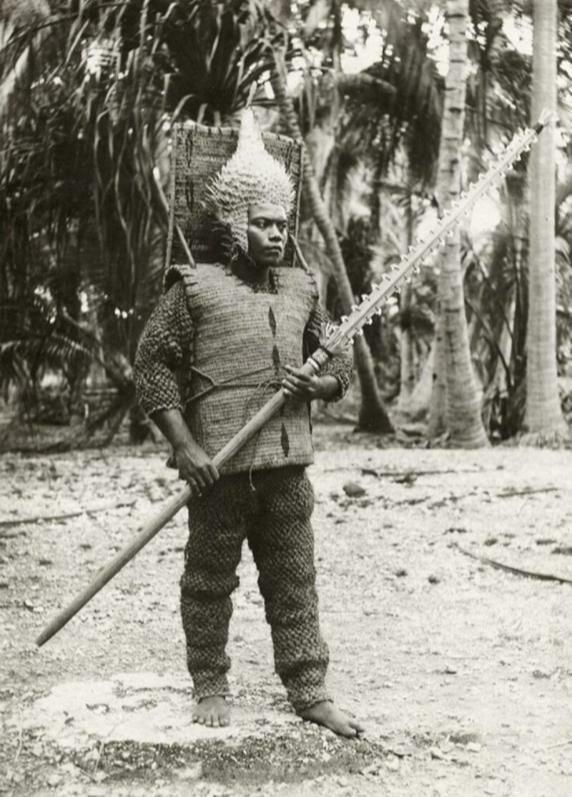 12. Воин Кирибати на острове Гилберта в 1900-м году в традиционном наряде: шлем рыбы-дикобраза, меч с акульим зубом и броня из кокосового волокна жизнь, исторические фото, история, прошлое, фото