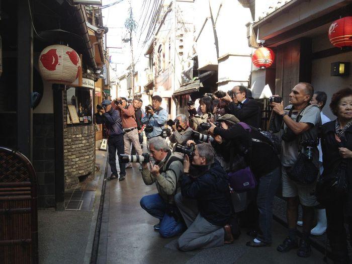 Фотографы обступили окия, откуда должна выйти новоиспечённая гейко