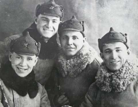 Лейтенант А.В. Лопатин (второй справа) с бойцами 13-й погранзаставы