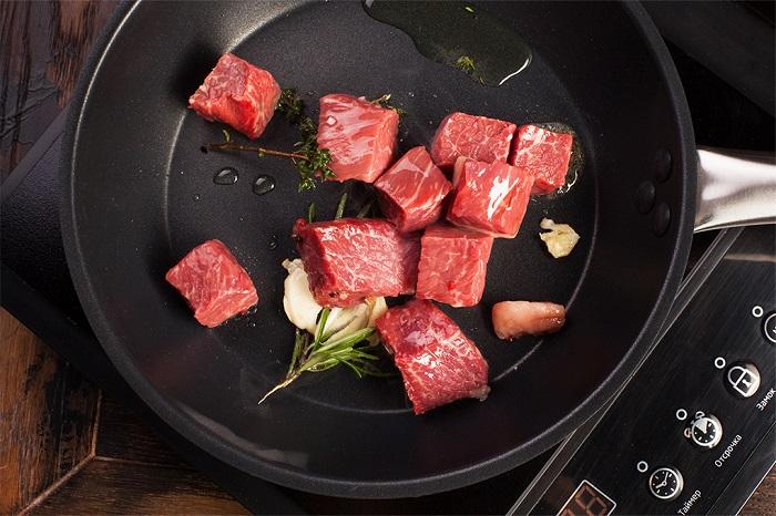 На сковороду можно класть больше мяса, чем несколько кусочков. / Фото: the-village.ru