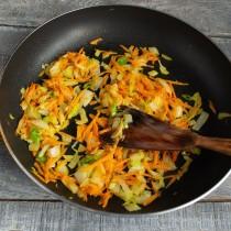 Добавляем тёртую морковку и обжариваем вместе с луком примерно 7 минут