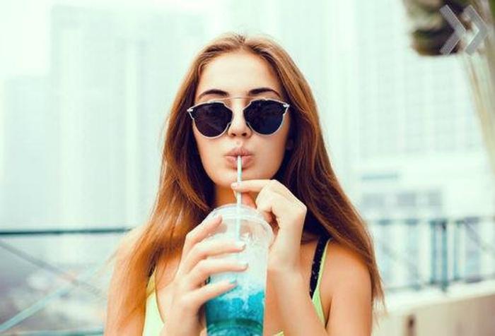 13 «безобидных» привычек, которые отпечатываются на лице не хуже, чем алкоголь и курение