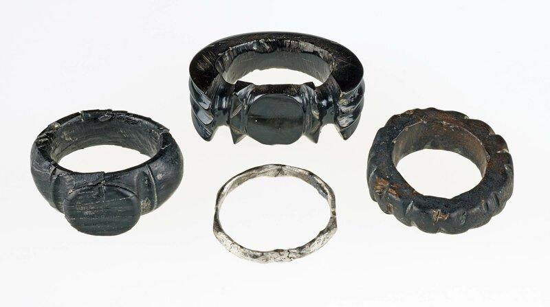 Вот про эти кольца было сказано для разнообразия, что они «из черного янтаря и золота». Как всегда мимо! археология, загадки, история, расследование