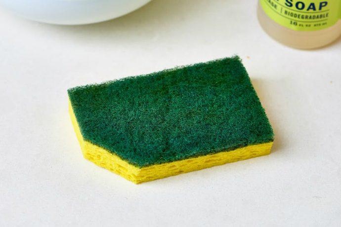 Почему надо обрезать уголок у посудной губки?