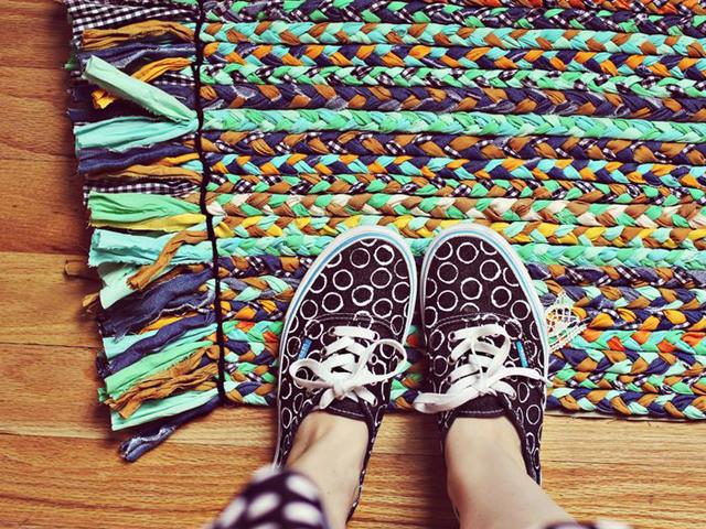 Разноцветный коврик из кос