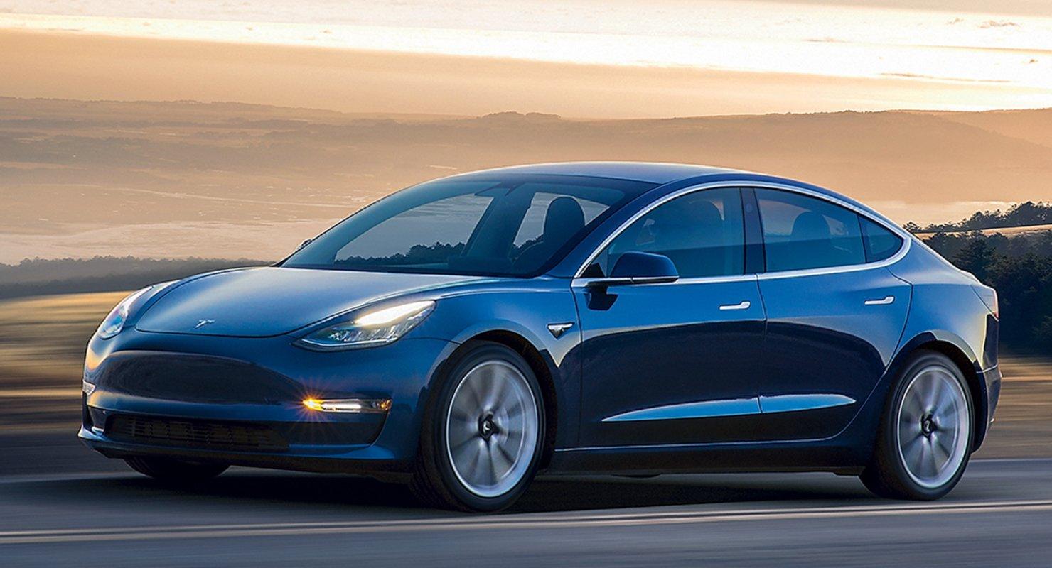 Tesla Model 3 раздавило бетонными блоками на дороге: водитель жив Автомобили