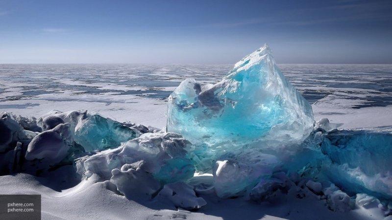 Два туриста провалились под лед на Байкале и 17 минут пытались выбраться на сушу