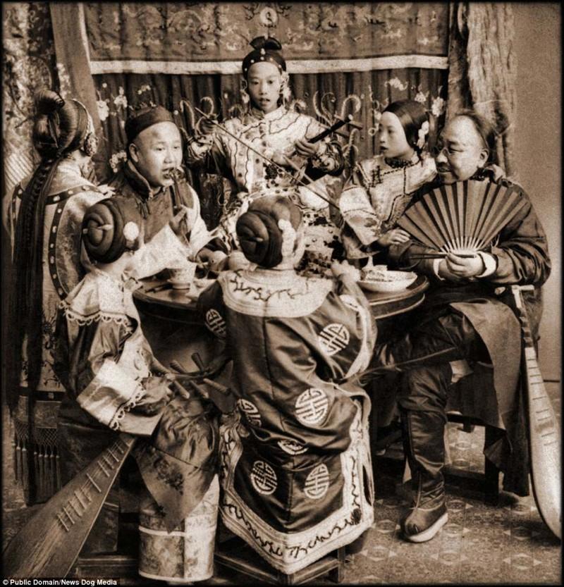 Ужин богатых купцов в окружении певиц, Пекин, 1901 год Цин, китай, фотография, эпоха