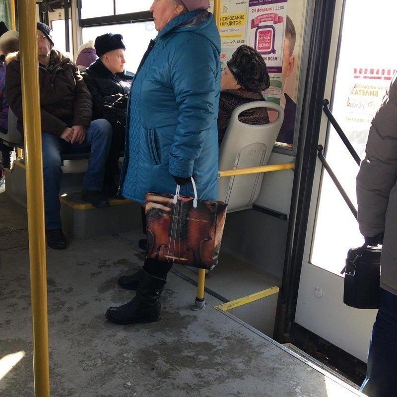 Старушка 100% прикидывается старушкой, иначе бы ей точно уступили место. закон, курсант, мвд, парковка, полиция, прикол, форма, юмор