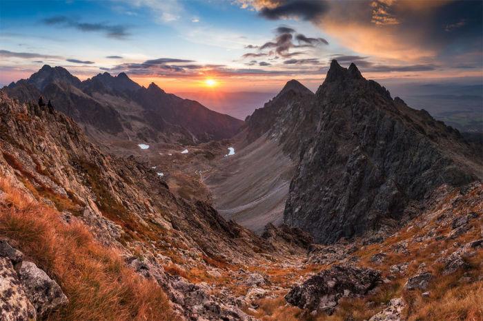 Заходящее солнце дарит последние лучи горной местности.
